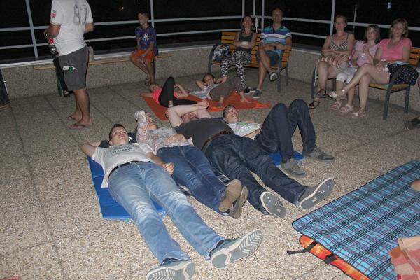 2019-08-10perseidteraszon5520.jpg, Balaton Csillagvizsgáló - Hullócsillagok éjszakája, 2019.08.10. (szombat).  Nagy érdeklődés mellett (56 fő), derült égen figyelhették meg látogatóink a Balaton Csillagvizsgáló teraszáról a Perseida meteorraj közelgő maximumának idején a meteorok felvillan